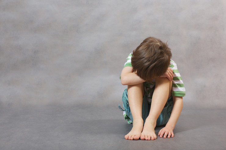 prava deteta stock-photo-a-boy-of-six-years-old-with-hidden-face-on-a-gray-background-377032459