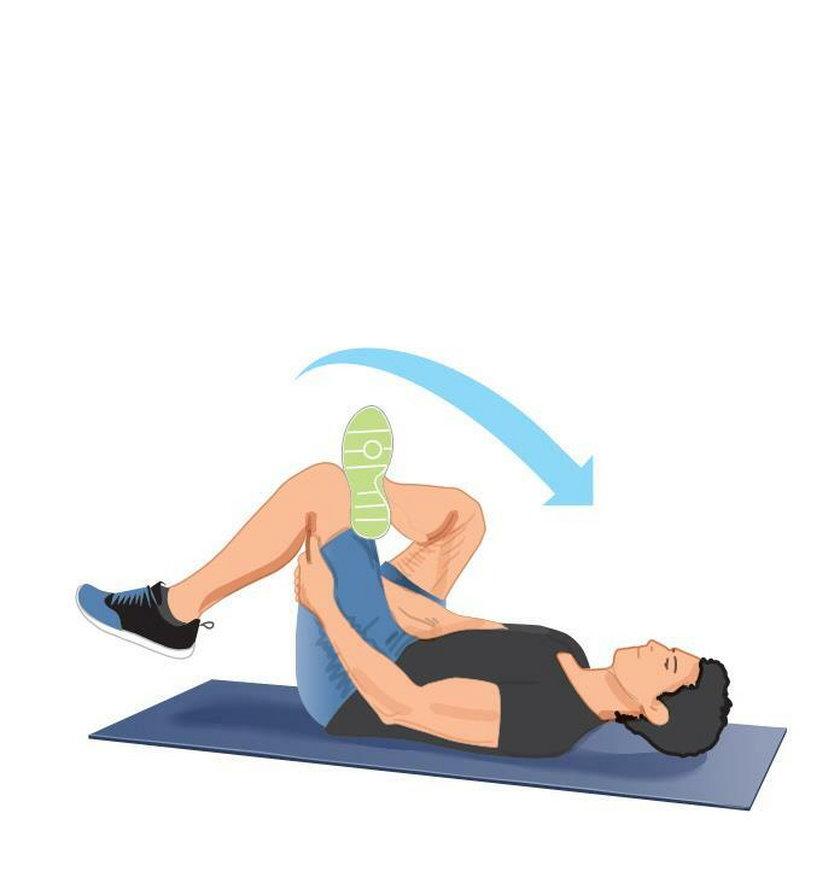 Ćwiczenie wieczorne 4. Leżąc na plecach, oprzyj kostkę jednej nogi na kolanie drugiej.