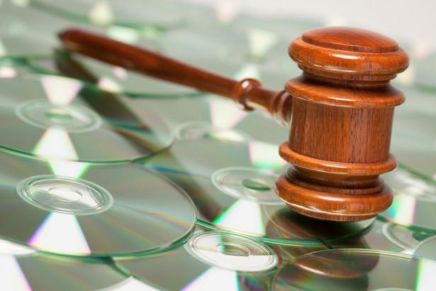 Prawo autorskie w ściśle określonych sytuacjach zezwala na korzystanie z utworów bez konieczności uzyskiwania zgody uprawnionego, czyli właściciela praw autorskich.
