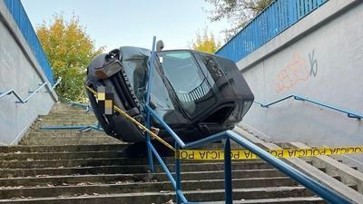 Kolejne przejście podziemne zaliczone. Land Rover spadł ze schodów w Olkuszu