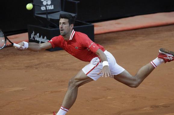 SRAMOTA U RIMU! Novak Đoković morao da prestane da servira zbog brutalne uvrede sa tribina tokom drame u polufinalu!