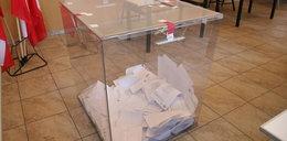 Członkini komisji dezynfekowała głosujących od pasa do głów!