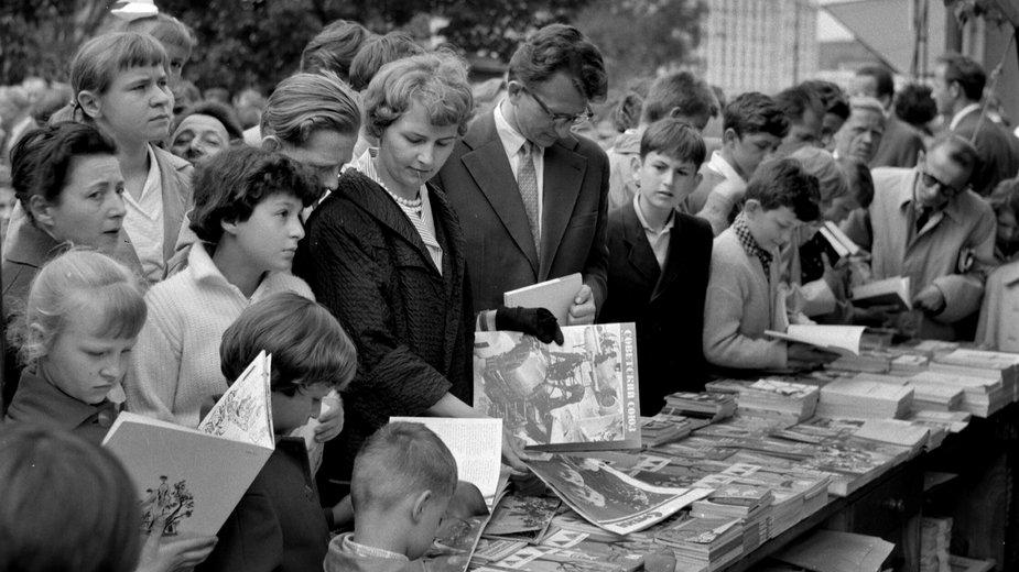 Majowy kiermasz książki w Alejach Ujazdowskich w Warszawie, 1961 rok