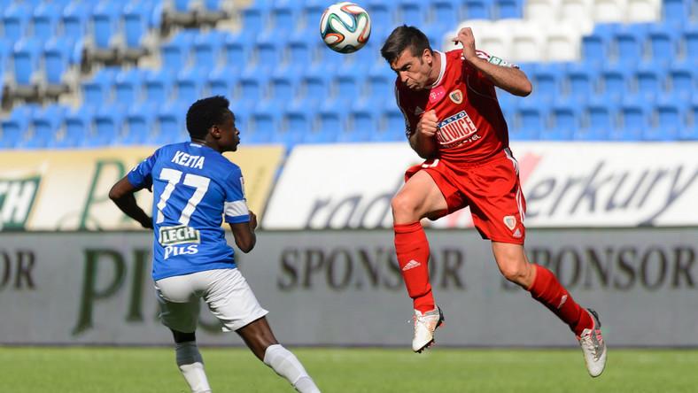 Zawodnik Lecha Poznań Muhamed Keita (L) walczy o piłkę z Carlesem Embuena (P) z Piasta Gliwice
