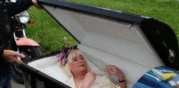 Panna młoda przyjechała na ślub w trumnie