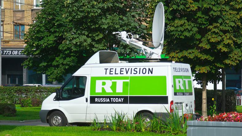 Wóz transmisyjny telewizji RT (Russia Today)