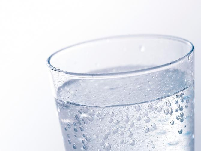 Istine i zablude o kiseloj vodi: Da li je stvarno toliko loša po naše zdravlje?
