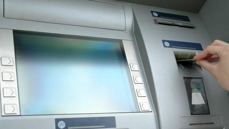 Wyjeżdżasz z Polski? Nie daj się złupić bankomatowi