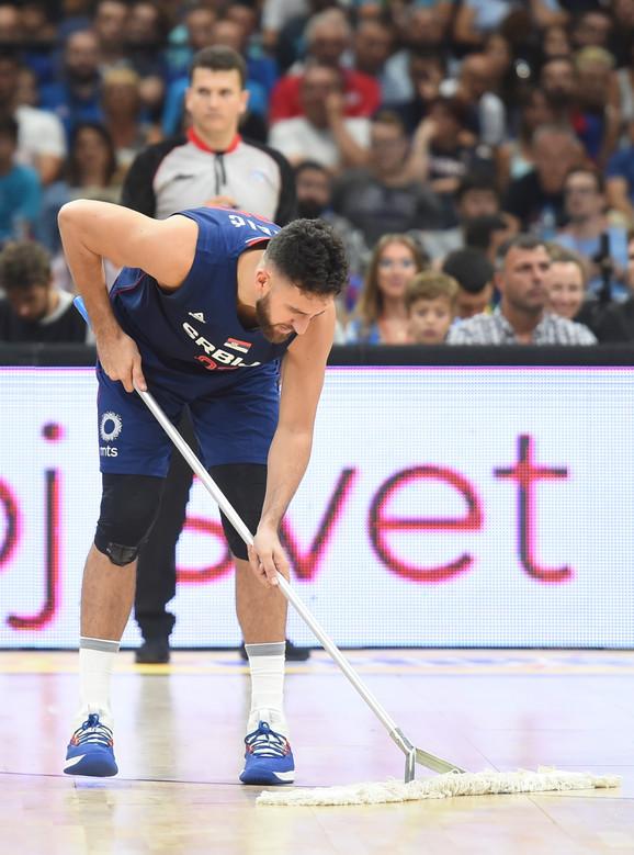 Vasilije Micić čisti parket Beogradske arene