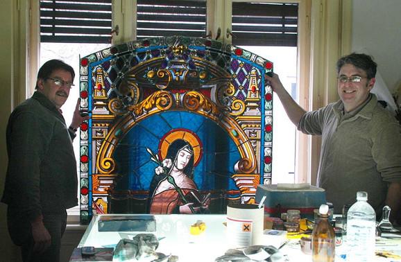 Rudolf Mesaroš i Jožef Kovač s vitrazom iz crkve u Kljajićevu koji restauriraju