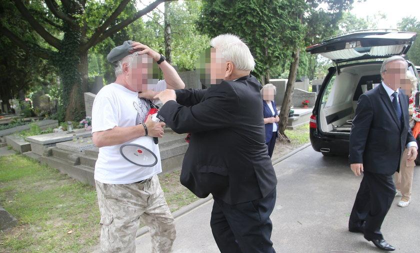 Jeden z żałobników próbuje wyrwać megafon protestującemu