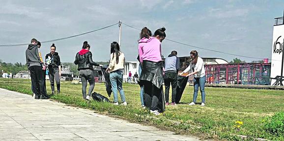 Jedan od poslova koji su učenici drage volje prihvatili jeste i čišćenje keja na Novom Beogradu, na šta su ponosni