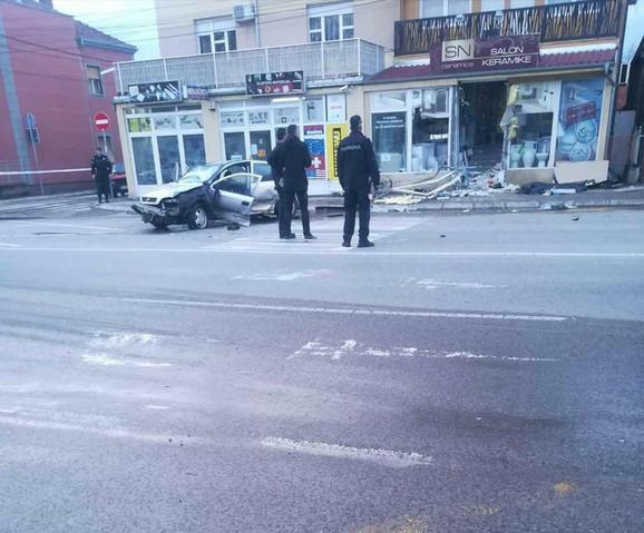 Salon keramike u Knjaževačkoj ulici u koji je udario automobil