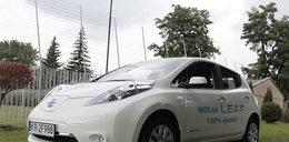 Policjanci testują elektryczne samochody