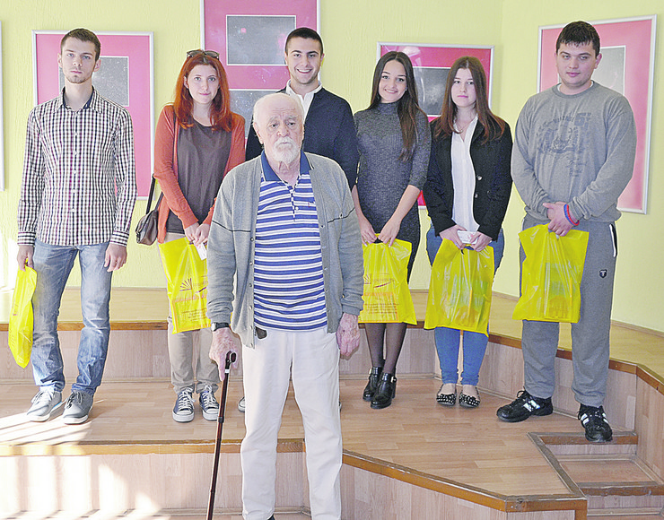 Zrenjanin Đura Mijatov sa ovogodišnjim stipendistima foto Slavko Surla
