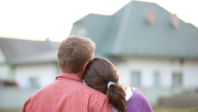 Młodzi ludzie przed domem