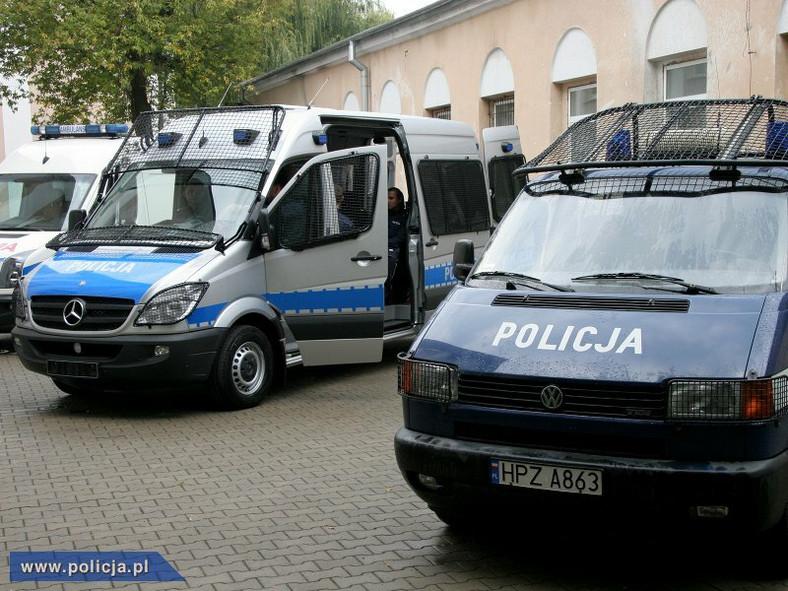 Ostatecznie wygrał Mercedes, który za 600 egzemplarzy modelu Sprinter dostosowanych do pracy w policji, zażądał 106 mln zł