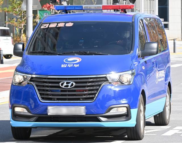 Južnokorejska policija prevozi Lija na suđenje