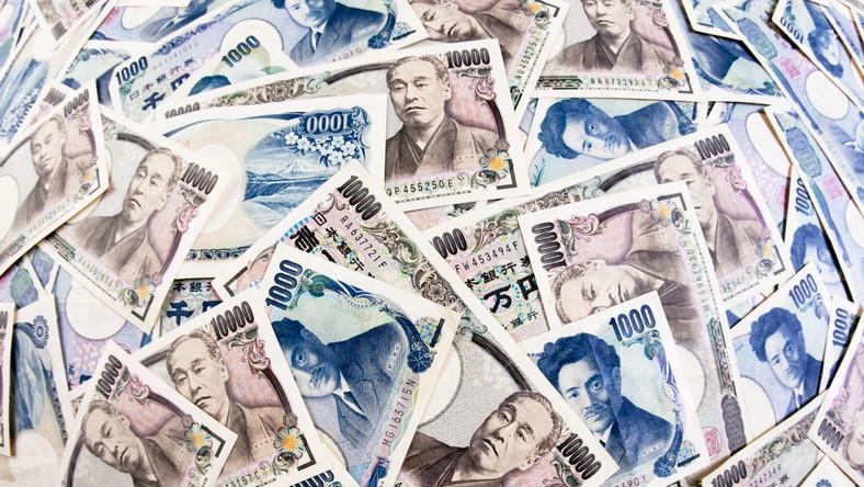 Bank Japonii rzuca na rynek biliony jenów