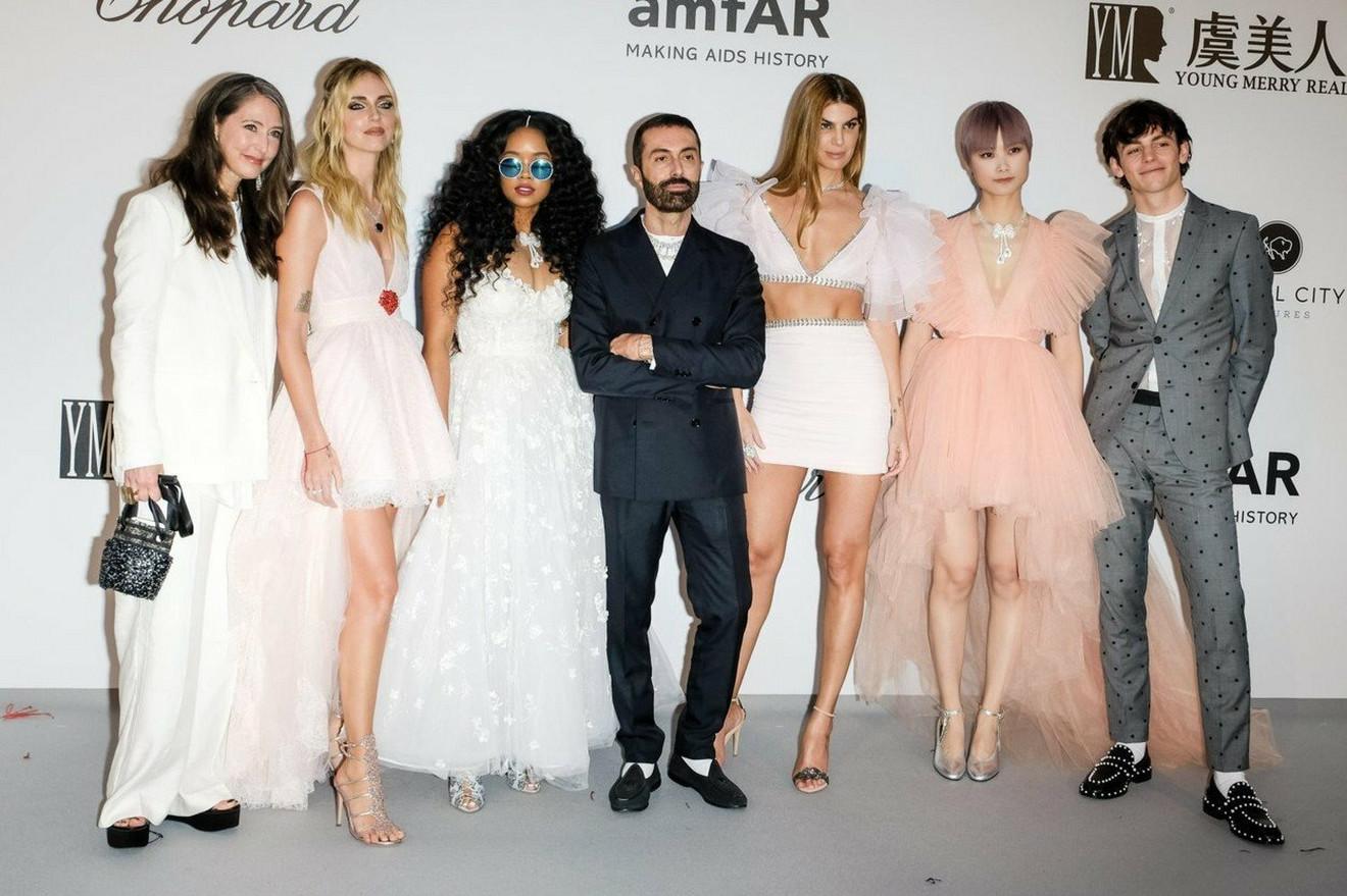 Đambatista Vali i devojke u njegovim haljinama