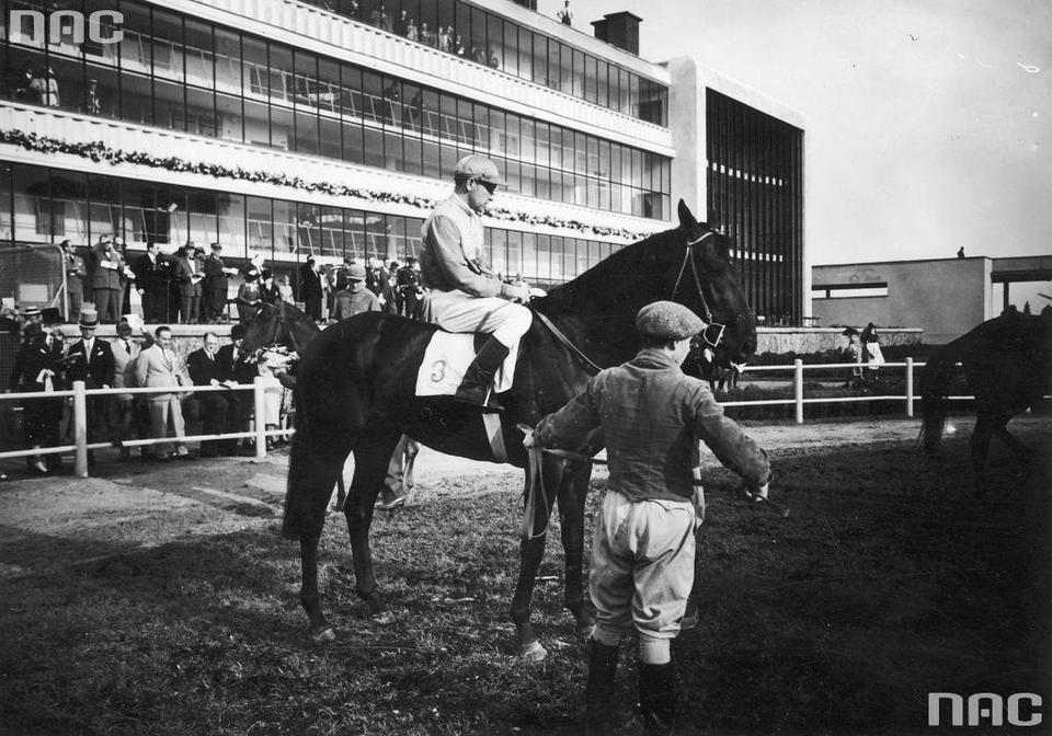 Dżokej Z. Nowak na koniu Colt, 1939 r.