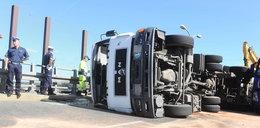 Ciężarówka leżąca na boku zablokowała Warszawę