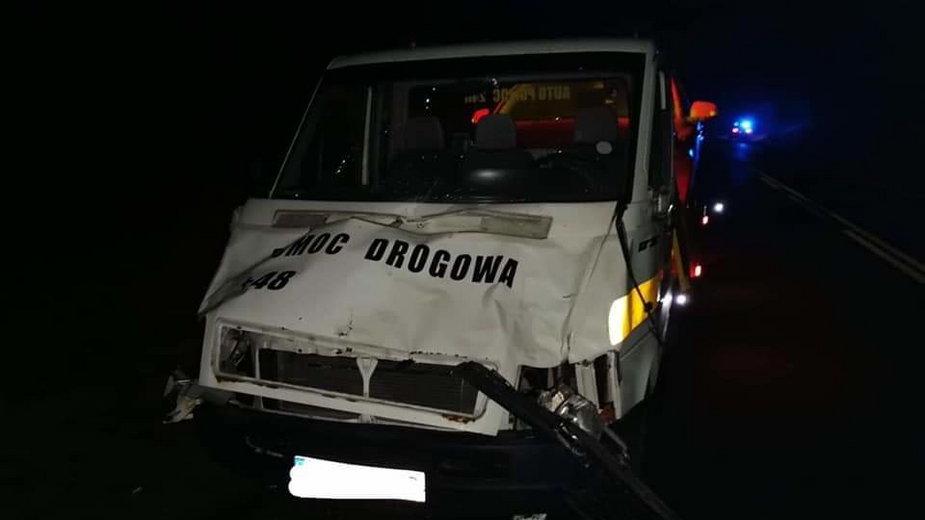 Na krajowej 10-tce samochód zderzył się z żubrem