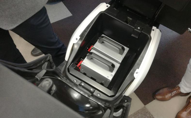 Dwie baterie ukryte pod siodłem VX-2 zapewniają zasięg 100 km. Kiedy jedna się ładuje, wówczas kierowca może pokonać do 50 km