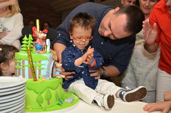 Rođen je 25. maja 2012. godine Sa spojenim prstićima, zatvorenim očima, problemima sa plućima i krvarenjem na mozgu. odmah po rođenju Vuk je ocenjen nulom