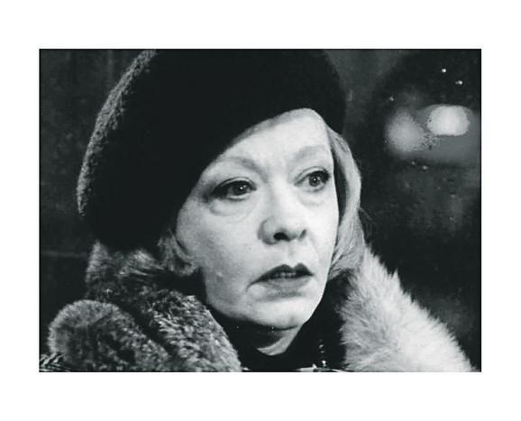 Milena Dravić kao Gospođa u