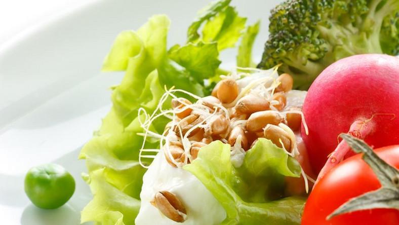 Sałatka brokułowa z kiełkami i zielonym groszkiem