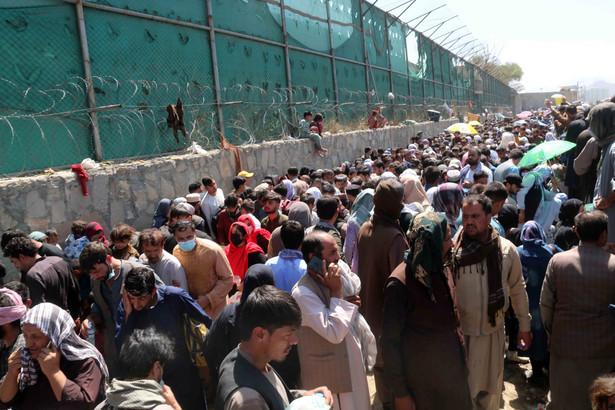 Tłum usiłuje dostać się na lotnisko w Kabulu