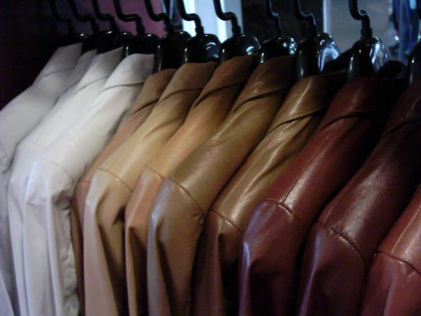 Ubrania na wieszaku