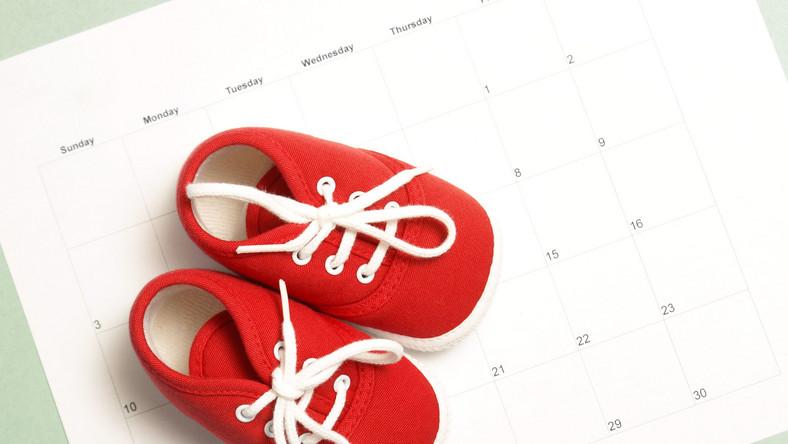 Buciki niemowlaka na kalendarzu
