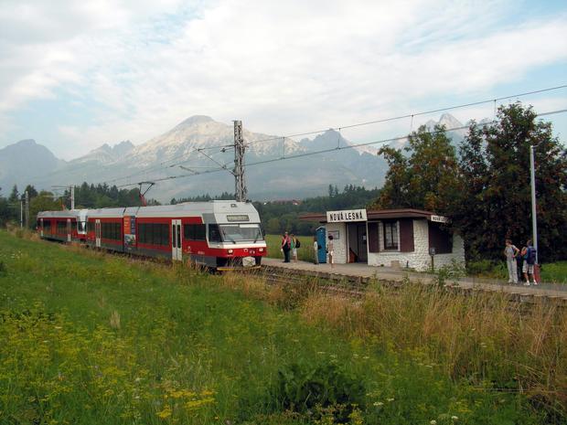 Przystanek Nová Lesná. W głębi monumentalny masyw Sławkowskiego szczytu