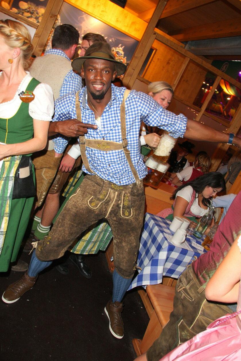 Hektolitry piwa i tłumy seksownych kobiet! Tak Usain Bolt bawił się na Oktoberfest! GALERIA