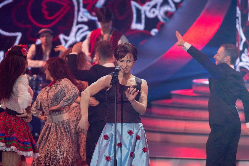 """Anna Czartoryska-Niemczycka jako Halina Mlynkova i Brathanki w """"Twoja Twarz brzmi znajomo"""" zaśpiewała hit """"Czerwone korale"""""""
