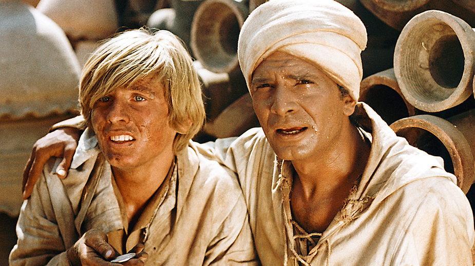 """""""W pustyni i w puszczy"""" - kadr z filmu. Na zdjęciu: Tomasz Mędrzak i Ahmed Marei"""