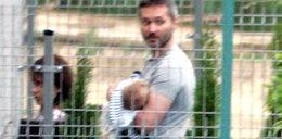 Wałęsowa przy grillu, a mąż niańczy dziecko
