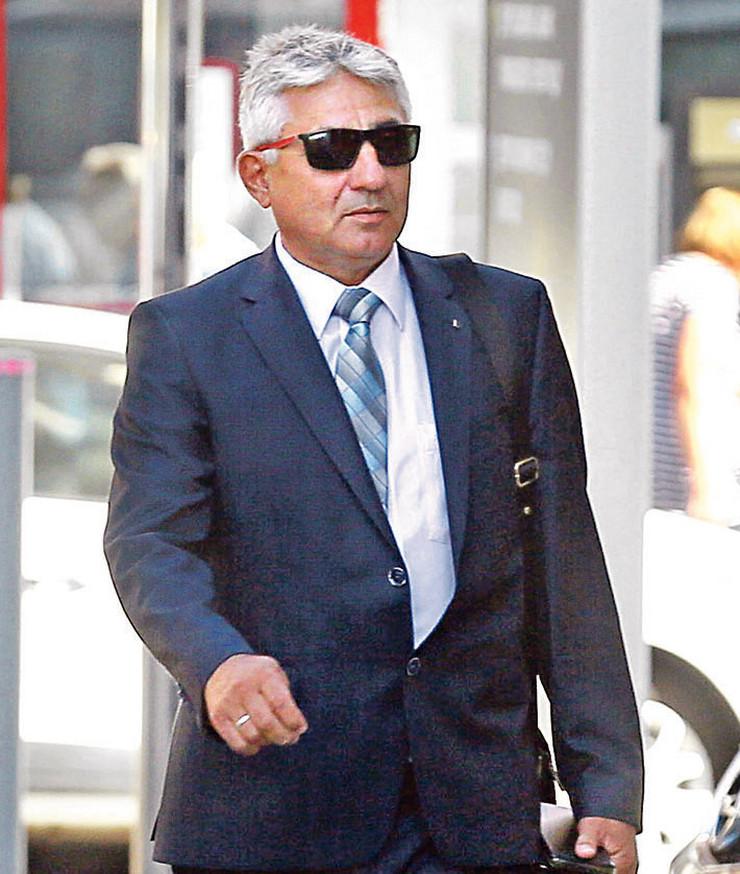 Suđenje Dragoljubu Simonoviću, bivšem predsedniku opštine Grocka, zbog paljenja kuće novinaru Milanu Jovanoviću odloženo je četiri puta