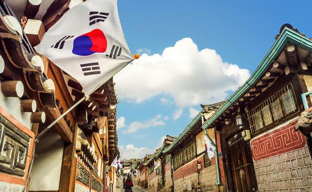 Przedterminowe głosowanie w Korei Płd. rozpoczęło się w piątek. Wprowadzono je przed siedmioma laty, co miało pomóc rozładować tłok przed urną. To dodatkowy atut w czasach epidemii.
