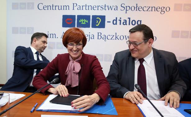 Minister rodziny, pracy i polityki społecznej Elżbieta Rafalska poinformowała, że dziś rozpoczynają się szkolenia dla tych, którzy będą obsługiwali wypłaty świadczeń.