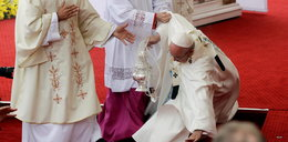 Papież przewrócił się tuż przed mszą FILM