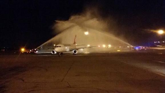 Avion prolazi kroz vodeni luk