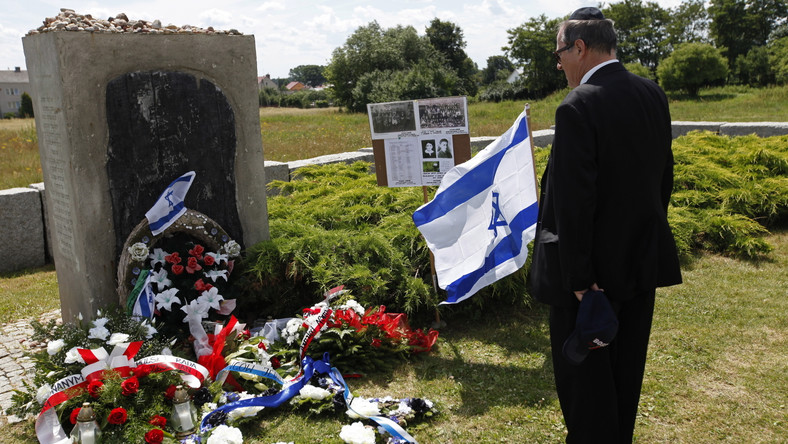 Według ustaleń śledztwa Instytutu Pamięci Narodowej, 10 lipca 1941 roku miejscowi Polacy z inspiracji Niemców dokonali mordu na co najmniej 340 Żydach z Jedwabnego.