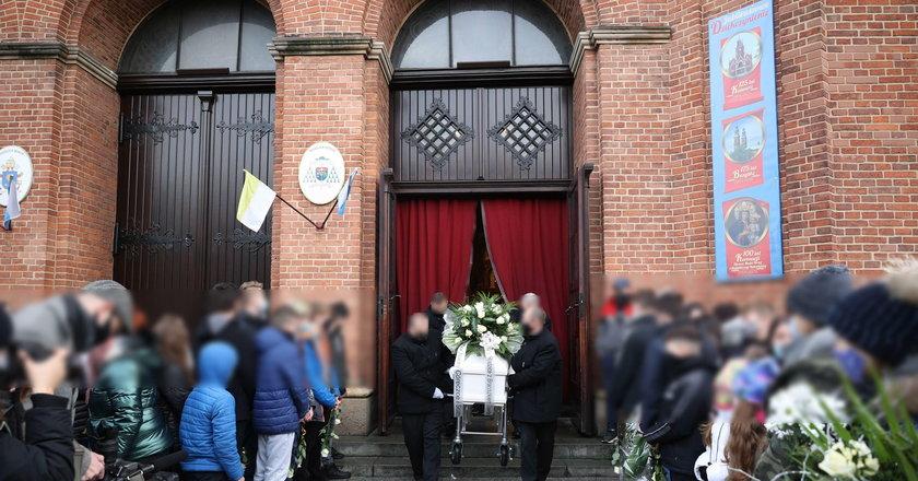 To straszne! Rodzice zamordowanej Patrycji pochowali dziś nie tylko córkę. Ksiądz zdradził jego imię...