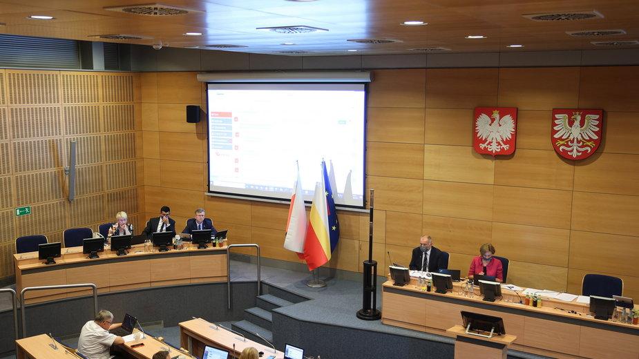 Radni Sejmiku Województwa Małopolskiego podczas nadzwyczajnej sesji Sejmiku, poświęconej tzw. deklaracji anty-LGBT