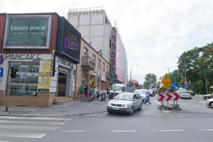Poszerzą chodnik na ulicy Półwiejskiej w Poznaniu