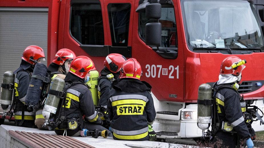 Koronawirus. Strażacy coraz częściej wyjeżdżają w zastępstwie karetek