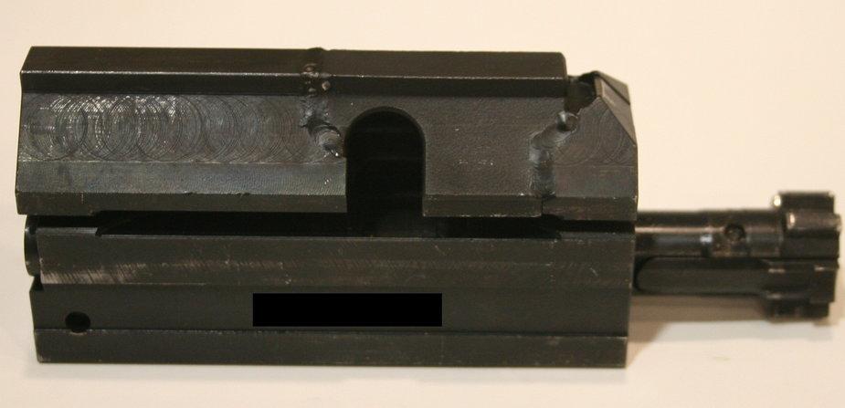 Fot. 7. Spawy oraz widoczne ślady obróbki suwadła powodują pytania o jakość produkcji broni.